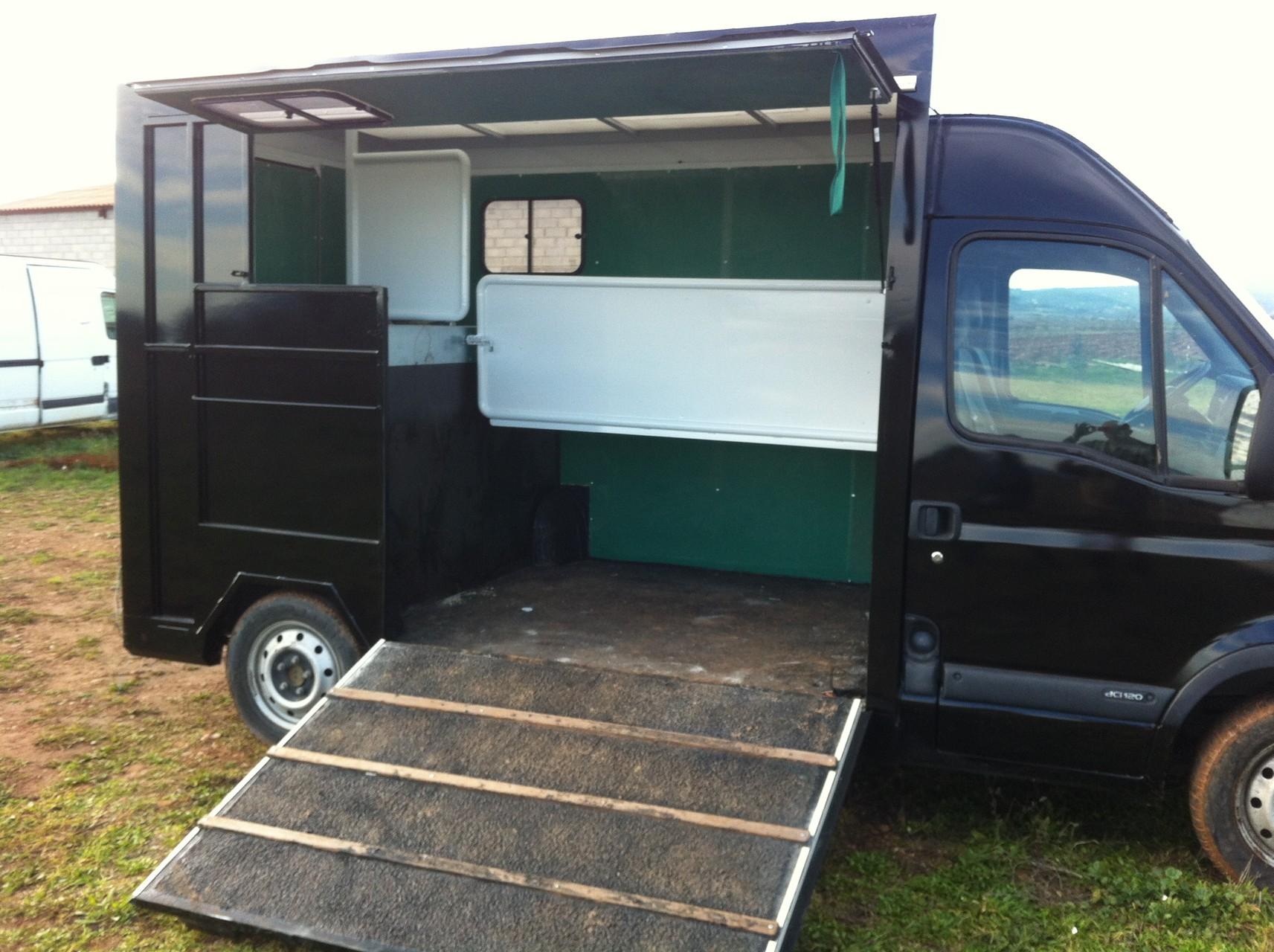 amenagement camion chevaux vl revia multiservices. Black Bedroom Furniture Sets. Home Design Ideas
