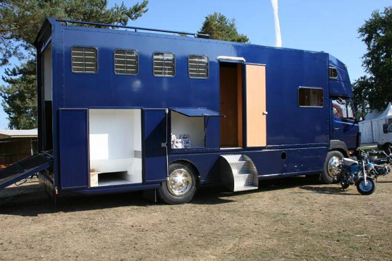camion chevaux occasion revia multiservices. Black Bedroom Furniture Sets. Home Design Ideas